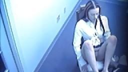 Filmée au bureau en train de faire une branlette avec les pieds