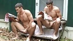 Deux potes se font une branlette en camp de vacances