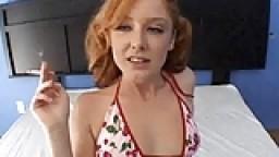Une jeune rousse s'en prend plein le cul