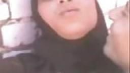 Une arabe du bled forcée à montrer sa chatte et ses seins - Vidéo porno amateur
