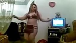 Arabe du bled danse dans son salon