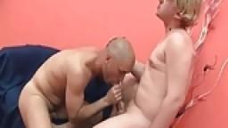 Gay chauve taille une pipe et se fait prendre par le cul