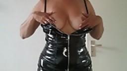 Alysha femme mature nous montre les parties intimes de son corps
