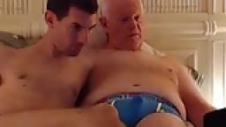 Un vieux chauve et un jeune se sucent devant la webcam