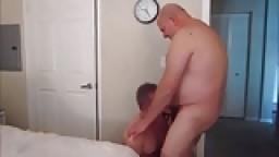 Un gros chauve baise un jeune