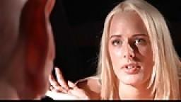 Un vieux chauve défonce une jeune blonde