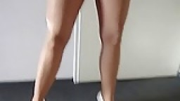 Elle montre sa chatte au travers de collants