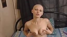 Femme russe chauve joue avec un gode