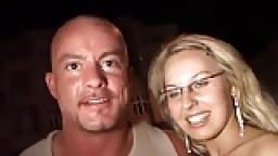 Une jolie blonde se fait casser le cul dans la rue par un chauve