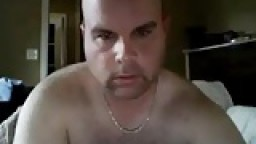 Un gros chauve poilu se branle à la webcam