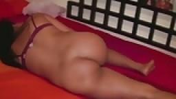 Une petite chica dominicaine timide danse le cul à l'air devant la caméra