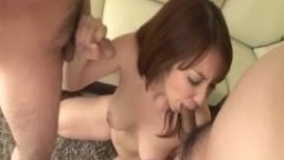 Trio avec la milf à gros seins Araki Hitomi