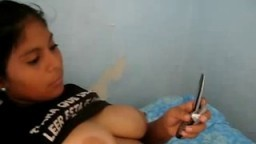 Une péruvienne se fait filmer ses gros seins par son homme - Vidéo porno