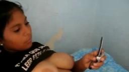 Un mec filme les gros seins de sa copine péruvienne - Vidéo x amateur