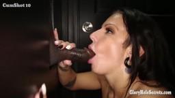 Elle suce la queue et avale le sperme d'étrangers au gloryhole - Vidéo porno hd