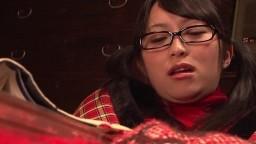Une jeune japonaise binoclarde caresse sa chatte poilue sous la couverture hd