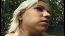 Une jeune blonde se déshabille et pisse