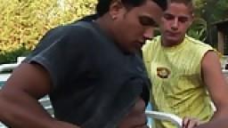 Un blondinet punk se fait baiser au bord de la piscine par un latino - Vidéo gay hd