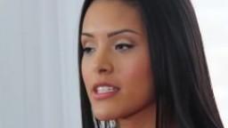 Une magnifique jeune femme exotique passe un casting porno hd