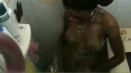 Cristina se mouille et se savonne dans la douche
