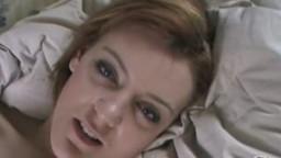 Elle tourne une vidéo amateur en se masturbant la chatte