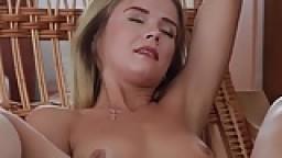 Une jeune femme flexible étire son corps souple hd