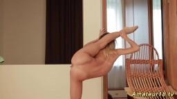 Une gymnaste se chauffe et se masturbe hd