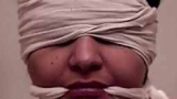 4 femmes se vengent d'une autre gonzesse qui s'est moquée d'elles pendant une séance de bdsm hd