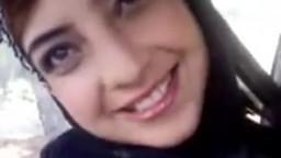 Une arabe marocaine montre ses gros seins naturels dans une voiture