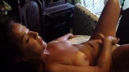 Vidéo amateur d'une portugaise en action solo allongée sur la table du salon
