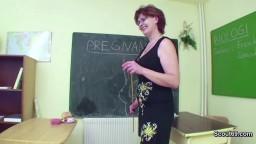 Sexe entre une prof mature et son élève dans la salle de classe hd