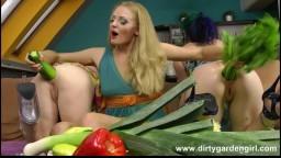 Insertion de légumes dans l'anus hd