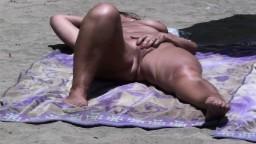 Une femme mature se fait doigter durement la chatte sur une plage hd #06