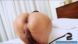 Cette shemale fait bouger l'anus de son gros cul avant de se doigter #06