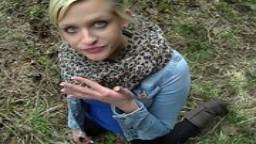 Une jolie blonde allemande chauffe son mec dans la voiture et finit par se faire enculer en forêt hd #02