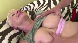 Une mature à gros seins se baise un jeune étalon hd #01