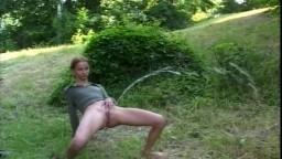 Une jeunette maigre et sexy en train de pisser dans une prairie #02