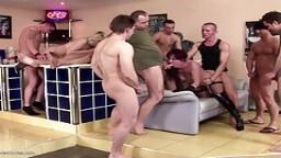 Rendez-vous dans un bar pour une grosse partouze avec des femmes matures - Vidéo porno hd