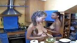 Trois jeunes filles nues se cuisinent une salade