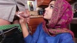 Une jeune femme voilée découvre une grosse bite - Film x hd