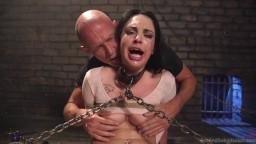 Attachée comme une esclave, elle est violentée par un chauve - xxx hd #02