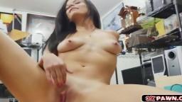 Une petite bombe brune avec un corps parfait se met toute nue - Vidéo porno - #01