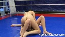 Combat de lesbiennes avant qu'elles se lèchent la chatte - Film x hd - #05