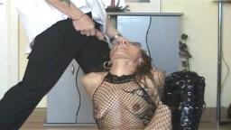 La soumise Béatrice se fait pisser dans la bouche et est obligée de lécher l'urine par terre - Vidéo x