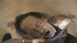 La soumise Béatrice se fait pisser sur la gueule et est obligée de lécher l'urine par terre - Film porno