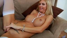 Le clitoris bien dur d'une mature blonde américaine en masturbation - Film x hd - #02
