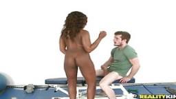 Une petite black ne peut pas résister à une bite blanche bien dure pour un porno interracial - Film x hd - #04