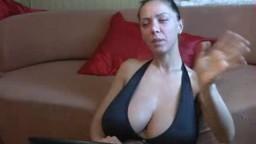 Une ukrainienne va vous faire bander avec ses gros seins huilés à la webcam - Vidéo x - #02