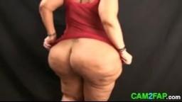 Une grosse femme aux cheveux rouge danse en montrant son énorme cul - Film x amateur hd