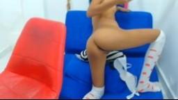 Une jeune et jolie latine avec un tout petit cul se gode la chatte à la webcam - Vidéo x hd